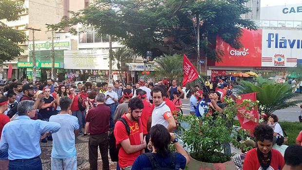 Manifestantes contrários à prisão de Lula se reúnem na Praça do Bandeirantes em Goiânia