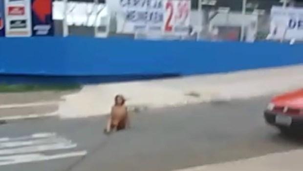 mulher t63 - VEJA VÍDEO: Mulher é flagrada andando nua em avenida