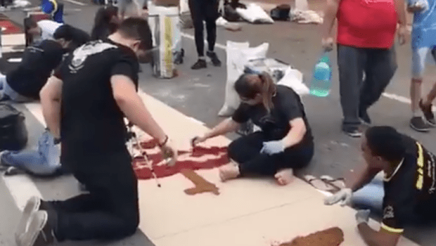 Montagem de tapete reúne fiéis na Praça Cívica para celebração de Corpus Christi