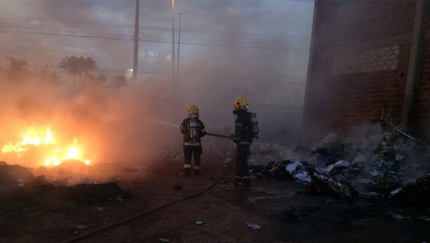 Incêndio atinge depósito de material reciclável em Goiânia