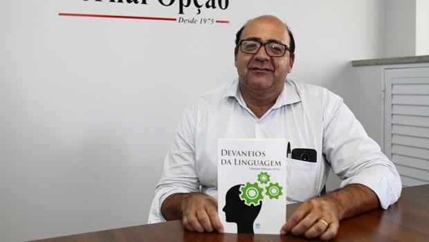 """Giovani Ribeiro lança livro de poemas """"Devaneios da Linguagem"""" nesta segunda (21)"""