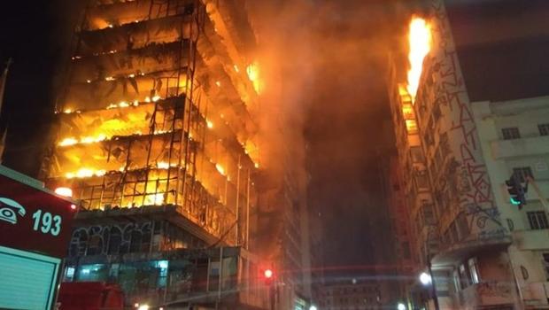Prédio de 26 andares desaba durante incêndio em São Paulo