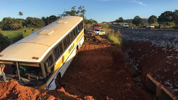 Acidente com ônibus escolar deixa ao menos um morto em Nerópolis