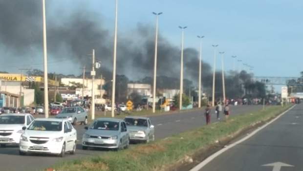 Protesto por melhorias em transporte público bloqueia BR-070 em Goiás