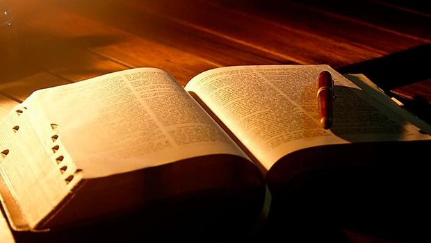 Projeto quer transformar bíblia em livro oficial do Estado de Goiás