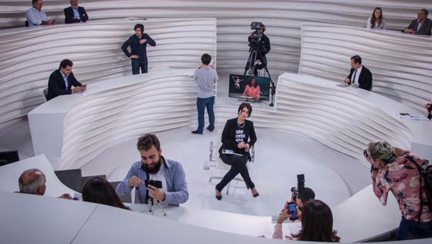 Roda Viva vira alvo de críticas após entrevista com Manuela D'ávila. Veja como políticos reagiram
