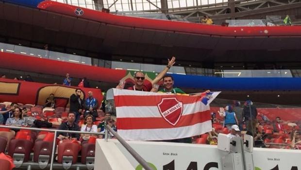 Torcedores goianos levam bandeira do Vila Nova para abertura da Copa na Rússia