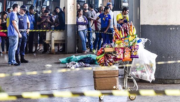 Ambulantes, mãe e filho morrem baleados por disputa de clientes