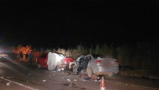 Colisão entre dois veículos mata homem, mulher grávida e três crianças em Goiás