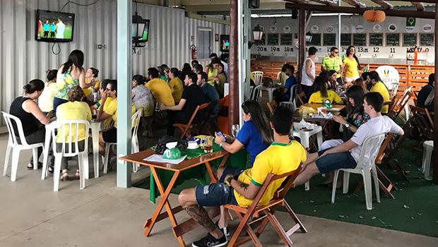 Enquanto Goiânia para, bares, restaurantes e até padarias lucram em dias de jogo do Brasil