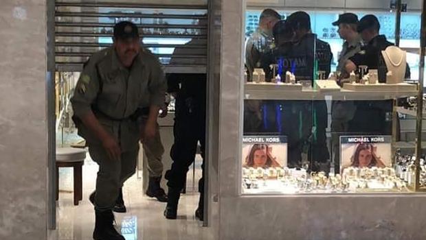 Bandidos armados roubam joalheria em shopping de Goiânia