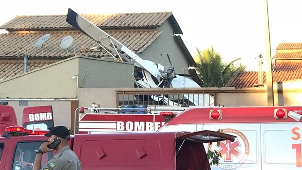 Avião cai sobre residência em Goiânia e deixa um morto e dois feridos
