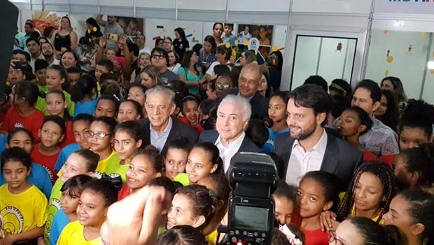 Ao lado de Iris e Baldy, Michel Temer visita mutirão em Goiânia