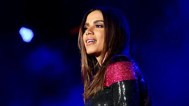 Anitta se apresenta em concurso de profissionais de beleza que acontece em Goiânia