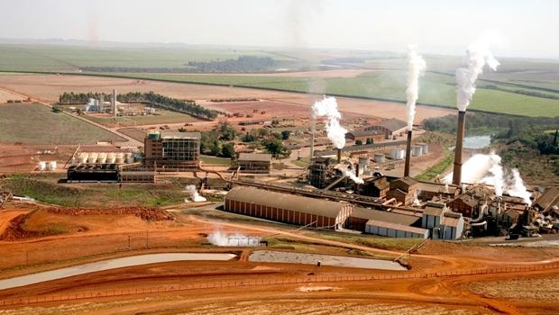 Incêndio de grandes proporções atinge usina em Goiás