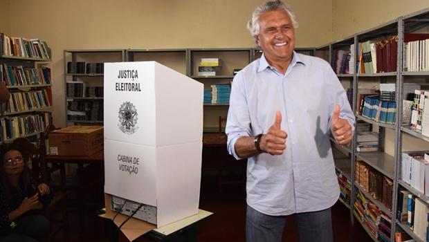 Caiado vota em Nova Crixás e volta a Goiânia para assistir a missa