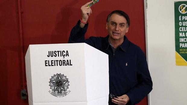 Com segurança reforçada, Bolsonaro vota no Rio e menospreza possibilidade de 2º turno