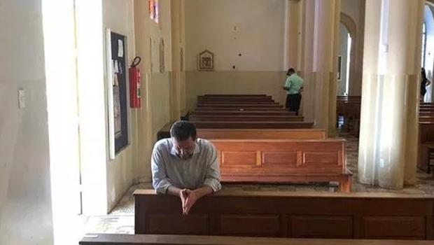 Marconi reza em Catedral depois de deixar sede da PF em Goiânia