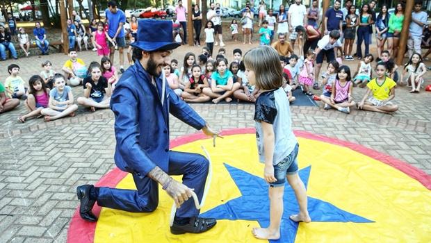 Espetáculos em feiras livres fortalecem circuito cultural alternativo