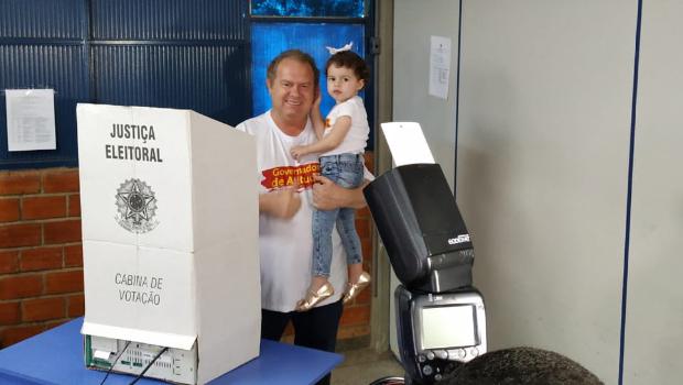 Em Gurupi, Carlesse vota e se diz confiante na vitória em primeiro turno