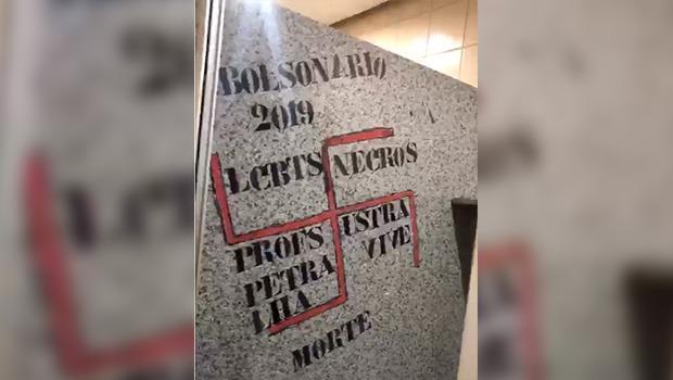PUC se posiciona sobre pichação com suástica em banheiro da universidade