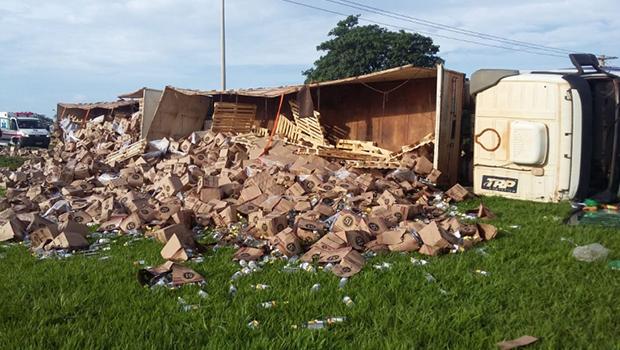 Carreta carregada de cachaça tomba próxima ao Ceasa, em Goiânia