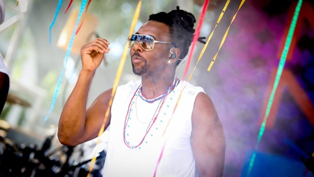 Beto Jamaica faz show gratuito em shopping de Goiânia