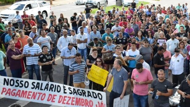 Profissionais da educação e alunos realizam novos protestos em Goiânia