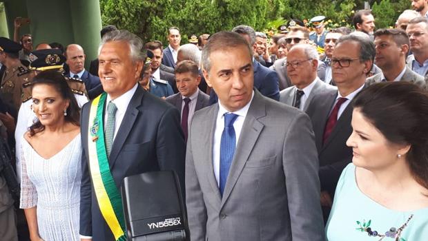 Após vestir faixa governamental, Caiado faz rápido discurso e vai para Brasília