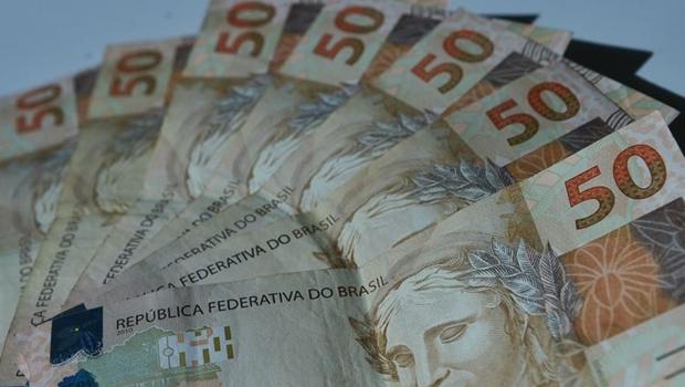 Brasileiro não consegue pagar gastos de início do ano com o que ganha