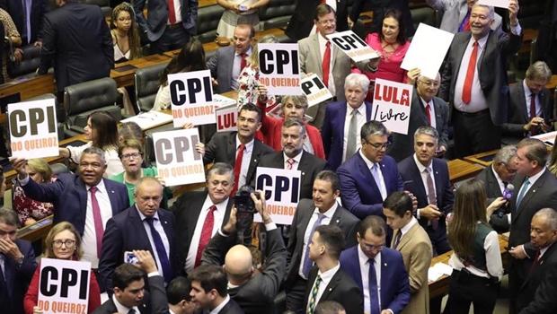 Bancada do PT faz manifestação em cerimônia de posse na Câmara dos Deputados