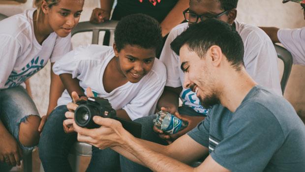 """Bougainville recebe exposição de fotografias """"Eyes of the Street"""""""