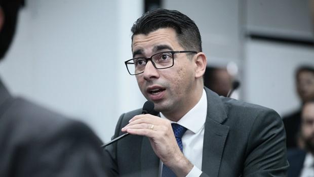 Deputado alega que secretário de Esportes tenta comprar parlamentares com ingressos para show
