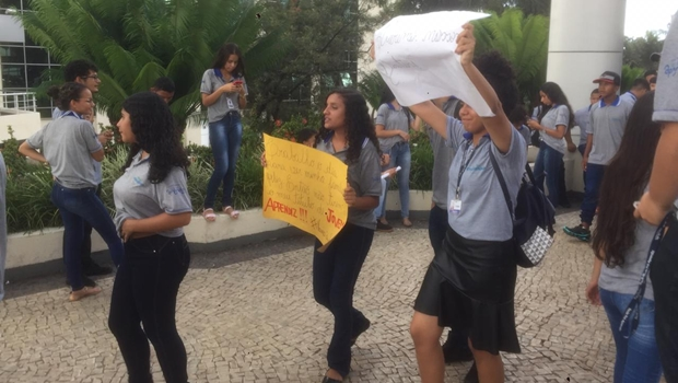 Adolescentes realizam ato contra o fim de quase 5 mil contratos do programa Jovem Cidadão