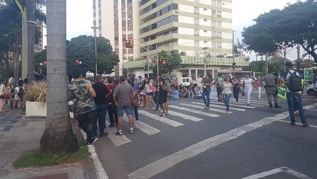 Professores protestam contra condições precárias de trabalho na UEG