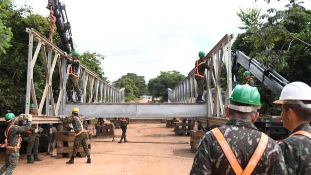 Exército realiza últimas etapas da instalação de ponte metálica na GO-060
