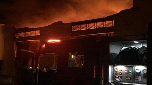Incêndio destrói depósito de móveis planejados, em Anápolis