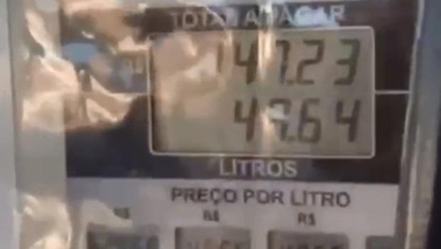 Mulher denuncia posto que adulterava preço do combustível na bomba