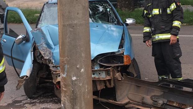Duas pessoas ficam feridas após colisão entre carro e poste em Goiânia
