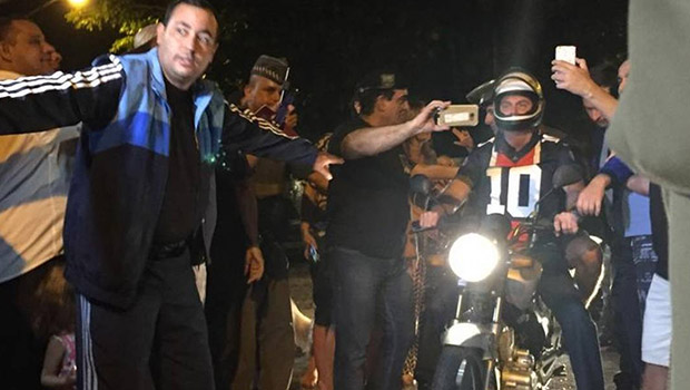 De folga, Bolsonaro publica vídeo passeando de moto no Guarujá