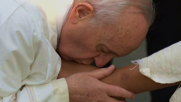 Papa Francisco beija pés de presidiário brasileiro