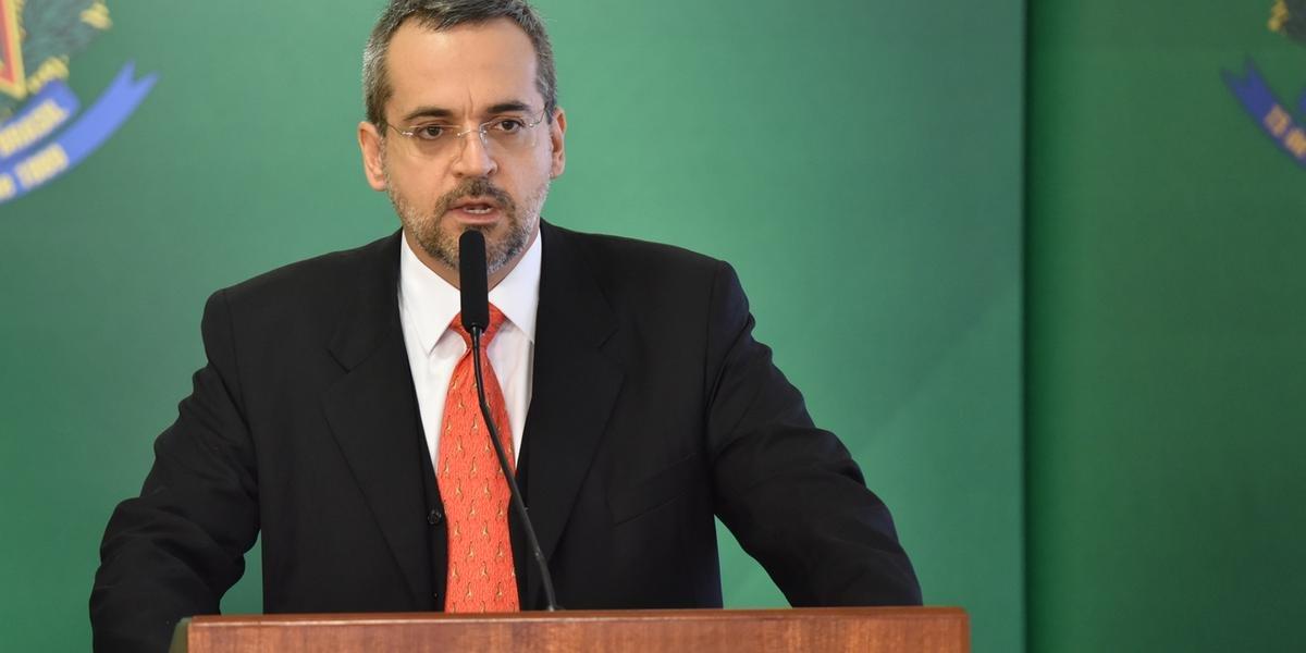 Ministro da Educação diz que crise amazônica é falsa