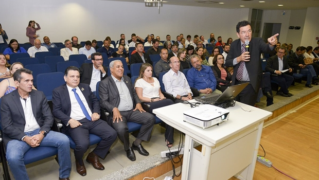 """""""Teremos que parar atividades por inanição"""", diz reitor da UFG em reunião com deputados"""
