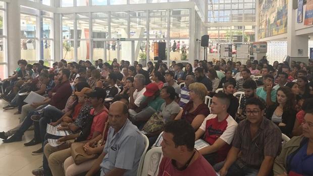 Mais de 15 mil pessoas passam por feirão do emprego em Goiânia