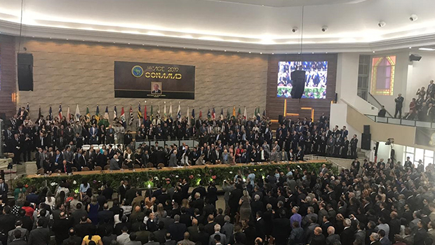 """Bolsonaro chega a igreja para evento e é recebido por fiéis que gritam """"mito"""""""