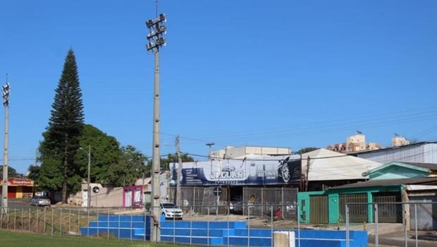 Campo revitalizado em Anápolis recebe visita do ex-jogador de vôlei Dante