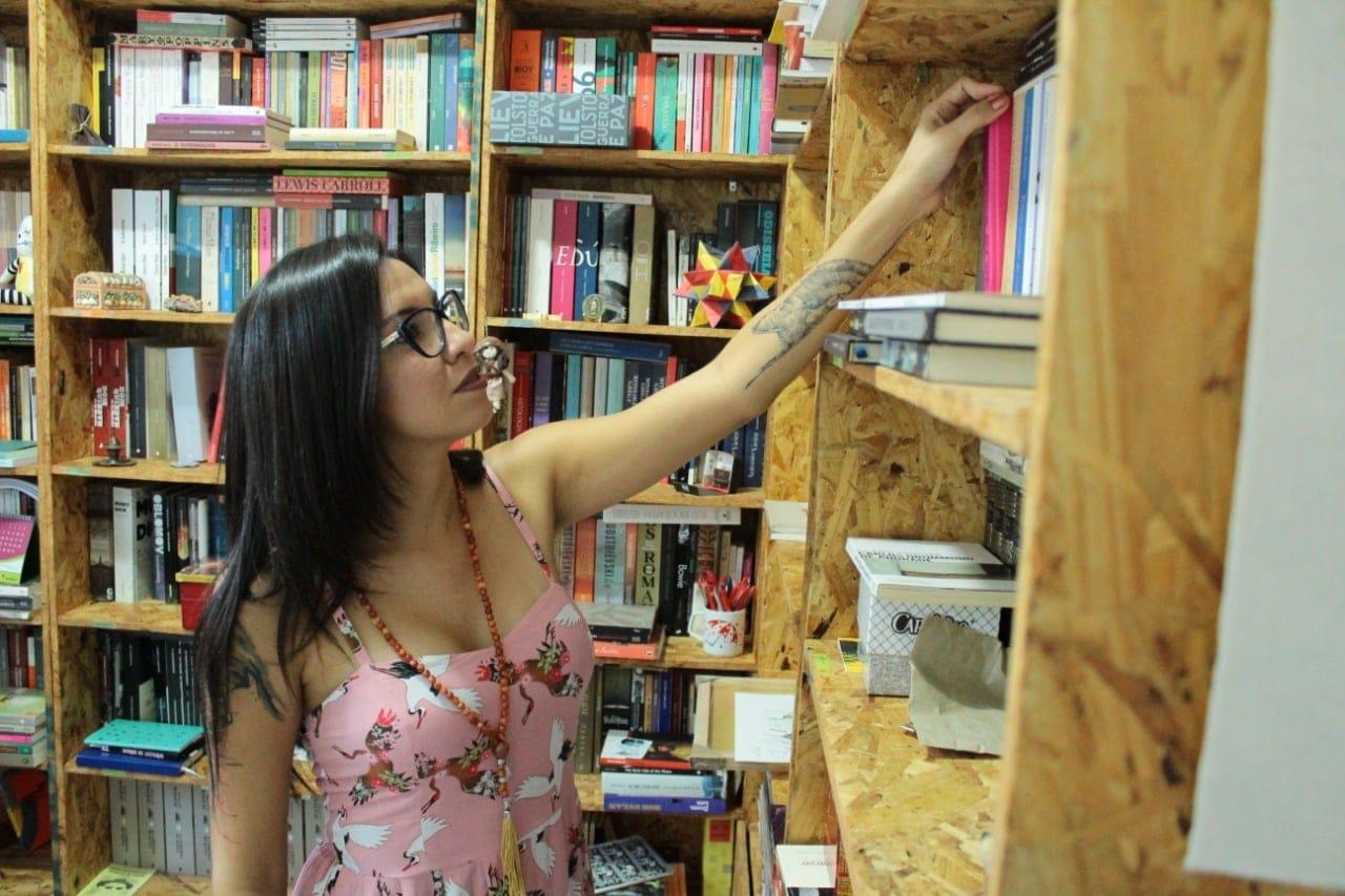 Professora goiana analisa literatura de qualidade e se torna estrela do YouTube
