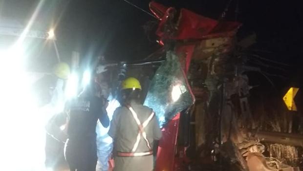 Motorista morre após tombar caminhão carregado com cana-de-açúcar na BR 364