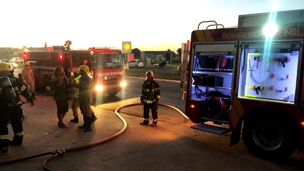 Bombeiros combatem incêndio em loja de suplementos, em Aparecida