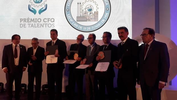 Servidor da UFG recebe prêmio do Conselho Federal de Química